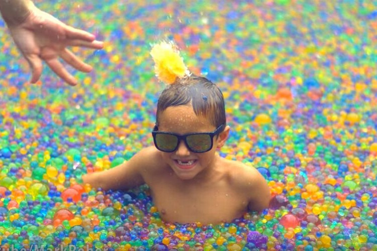 2500万個のカラーボールでプールいっぱいに!夢のような遊びに子供も大人も大はしゃぎ!