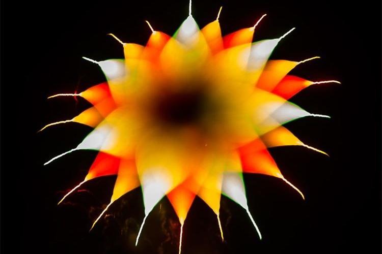 こんなにも変わるなんて…ピントをずらして撮影した花火が驚くほど幻想的で美しい