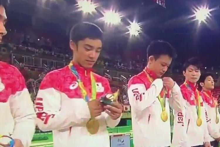 記念品を手にした男子体操・白井選手「歯ブラシ立て?」発言が中継で拾われる!