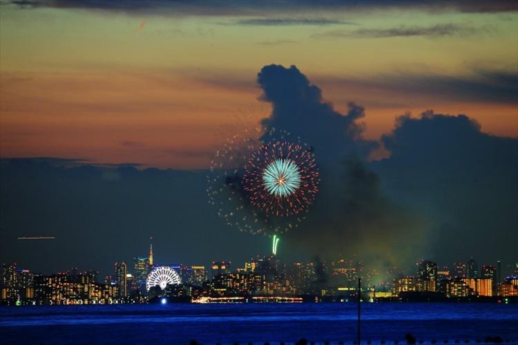 花火を撮影したら背景にゴジラが! 貴重な瞬間をとらえた幻想的な1枚が話題に!