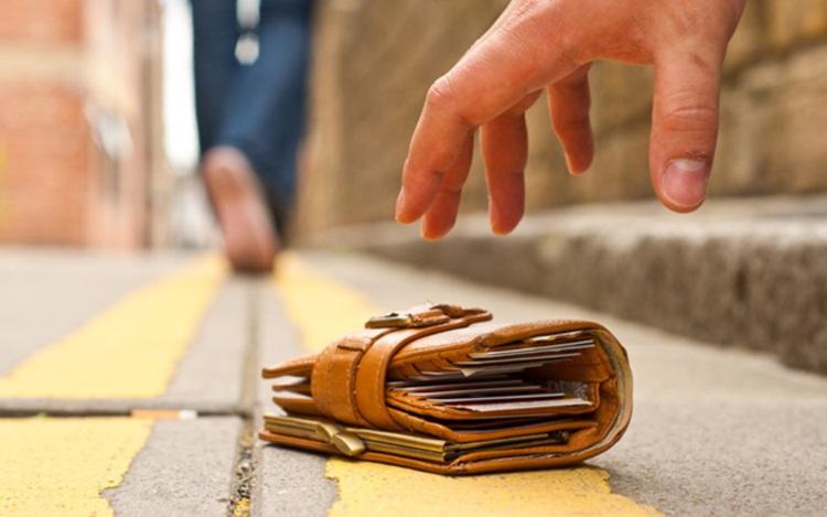 """なぜ?""""防犯対策""""のために財布にキャッシュカードと一緒に暗証番号メモを入れるお爺さんの巧妙な罠"""