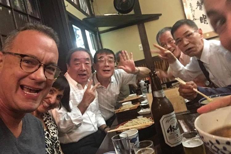 トム・ハンクスが東京に出没!? 自撮りに酔った方々も写って世界中に拡散される!