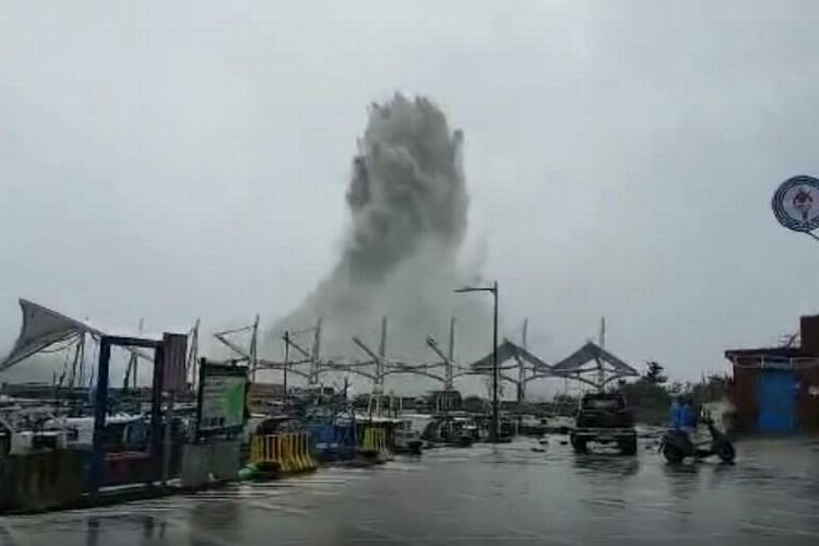【驚愕映像】台湾を襲ったスーパー台風で打ち上がった波がとてつもない高さ