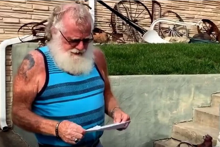屈強なマッチョなおじいさんがサプライズの知らせを受けて崩れ落ちる...