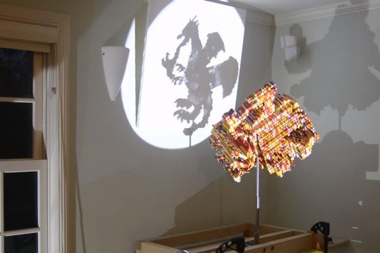 ドラゴンが映ってる!と思いきや謎の物体を回すと…変化する影アートがすごい!
