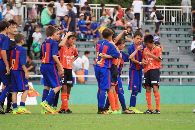 敗戦で泣き崩れる大宮チームを励ますバルセロナの選手たち、その行動に心奪われる