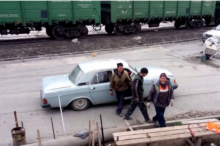【クイズ】一台の車から大人の男性が降りてきます。何人出てくるでしょうか?