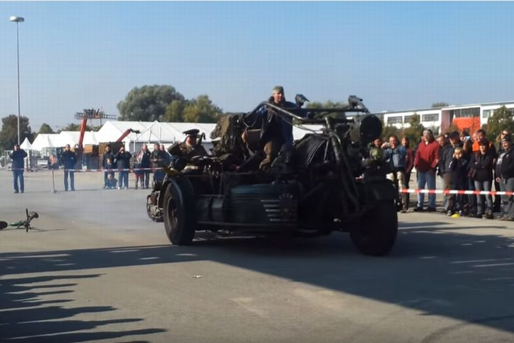 旧ソ連T-55戦車のエンジンを搭載した3万8000ccのモンスターバイクがもの凄い!