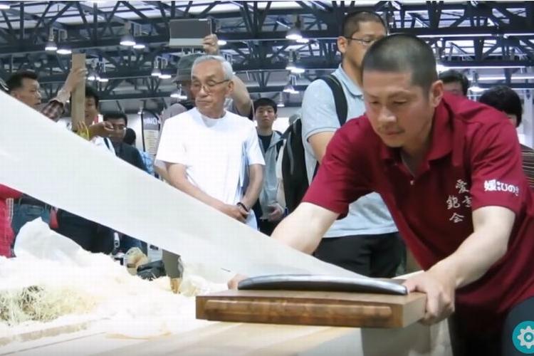 まるでティッシュペーパーほどの薄さ、日本の大工が魅せる鉋(かんな)技術に世界が驚く!