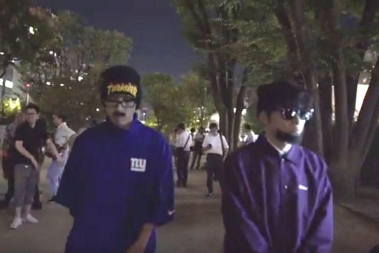 渋谷が騒然!?突如現れた怪しい2人組のラッパー、その正体とは…?
