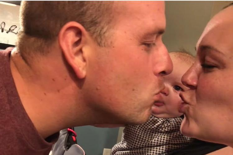 「イチャイチャしないで~!」パパとママがキスするたびに号泣するベビーが超絶カワイイ!