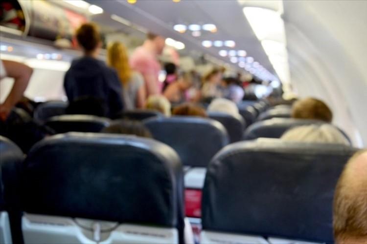 """口から泡を吐き意識を失っている乗客を""""スプーンとつまようじ""""で救出した医師が話題に!"""
