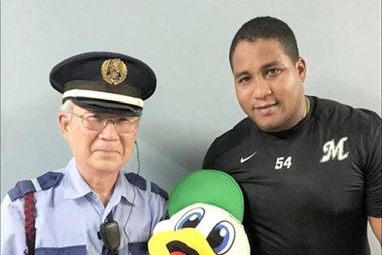 球場の警備員が引退…交流を深めていたロッテ・デスパイネの粋なプレゼントに涙