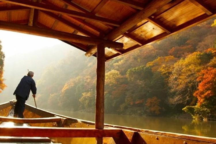 真っ赤に染まった朝の大堰川をゆく…京都嵐山「朝のもみじ舟」が素敵だと話題に!