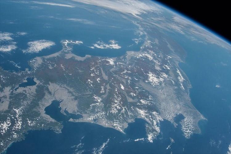 """まさかこんな景色が見れるなんて…""""宇宙から見た日本列島の紅葉""""が壮大で美しい!"""