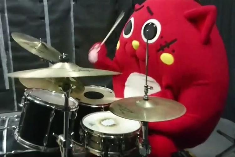 """ファンシーな見た目で驚愕のドラムテクニック! ゆるキャラ""""にゃんごすたー""""が話題!"""
