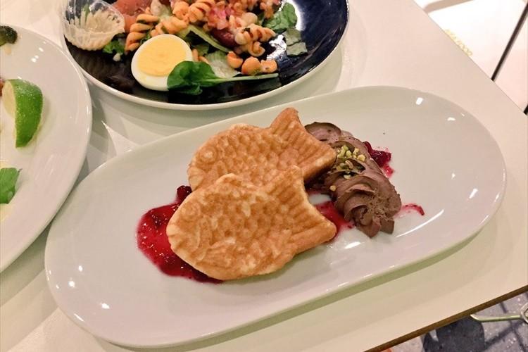 IKEAで開催中のサーモンフェア デザートのパンケーキが鯛焼きにしか見えないと話題に!