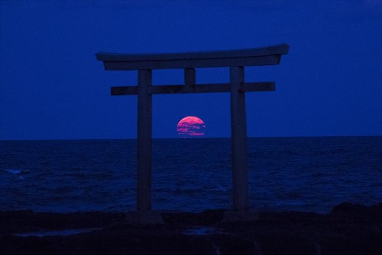 """海上の岩の上に立つ鳥居に""""月の出""""が重なった写真が幻想的! 大洗磯前神社"""