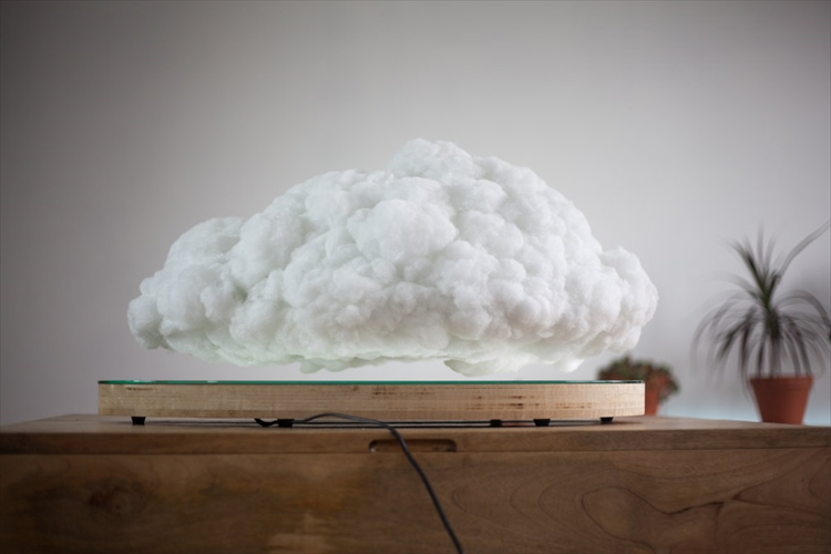 """""""ぷかぷか浮遊する雲の形をしたスピーカー""""が画期的! BGMに合わせて稲妻が光る!?"""