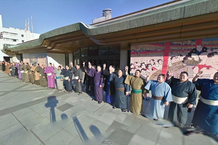 両国国技館をGoogleストリートビューで見たら…力士が勢揃いで並んでいて可愛かった
