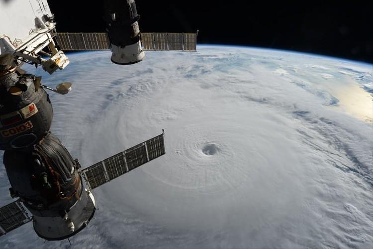 上空からとらえた台風18号の姿を公開!そのハッキリとした目とスケールに恐怖の声、続出!