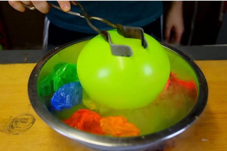 【実験】液体窒素に入れて縮んだ風船を取り出したらどうなる?その結果に仰天!
