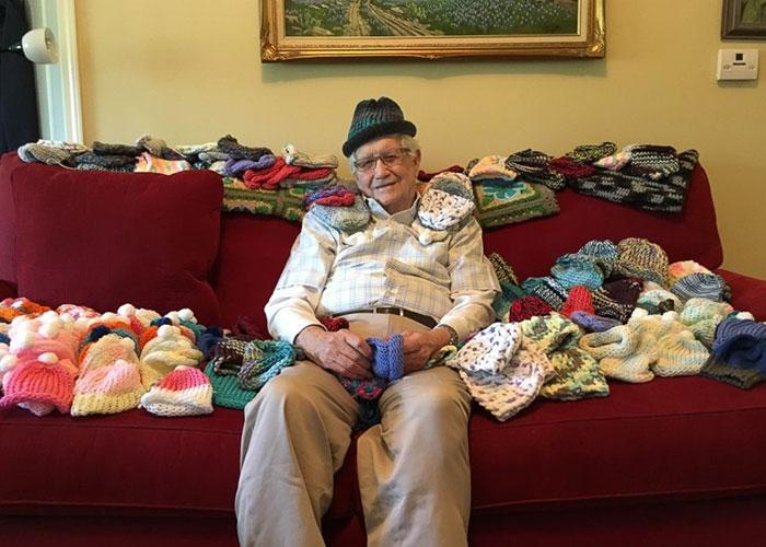 何かを始めるのに年齢は関係ない。86歳から編み物を習い赤ちゃんのためにニット帽を寄付