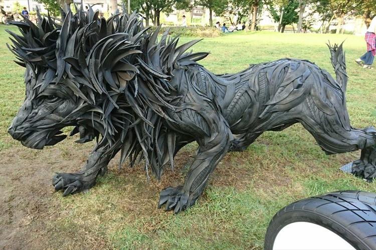 臨場感がハンパない!使用済みタイヤで作られたライオンがカッコ良すぎて鳥肌!