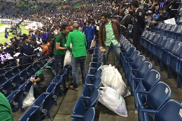 日本のマナーが世界に影響!?サウジアラビアのサポーターが埼スタでゴミ拾いする姿に感動!