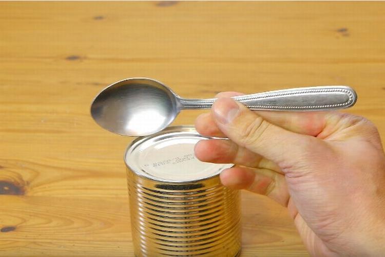 緊急時に使える!スプーン1本で食料入りの缶詰を開けられる方法