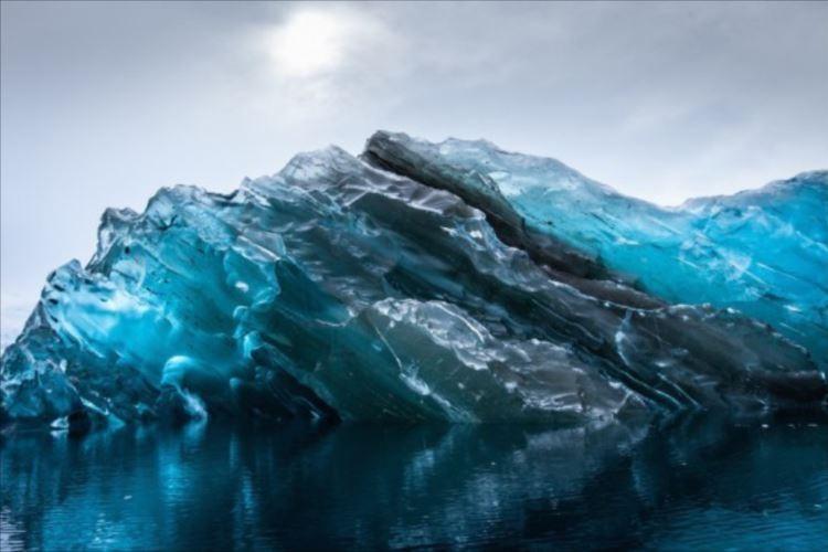 青い水晶のよう…氷山が転覆してできた「ブルーアイスバーグ」が美しい