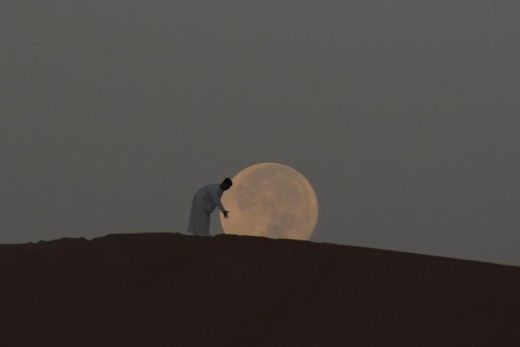 『スーパームーン、転がしました。』UAEの砂漠で撮影したあの月は、やっぱり凄かった