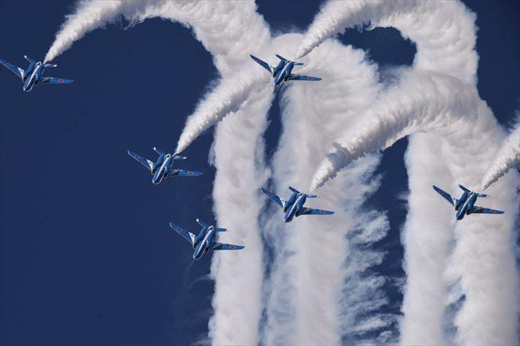驚愕のアクロバットを次々に披露! 青空を舞うブルーインパルスに大興奮!【入間航空祭】