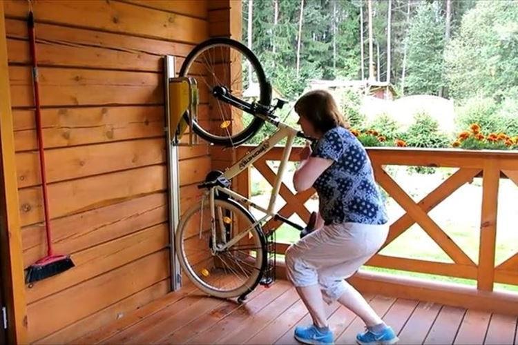 前輪を持ち上げてくれて収納が楽チン! 画期的な縦型自転車ラック「PARKIS」が話題に!