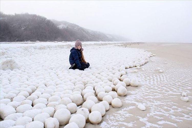 """何だコレは!? シベリアの18kmに及ぶ海岸線に""""謎の巨大雪玉""""が無数に出現!"""