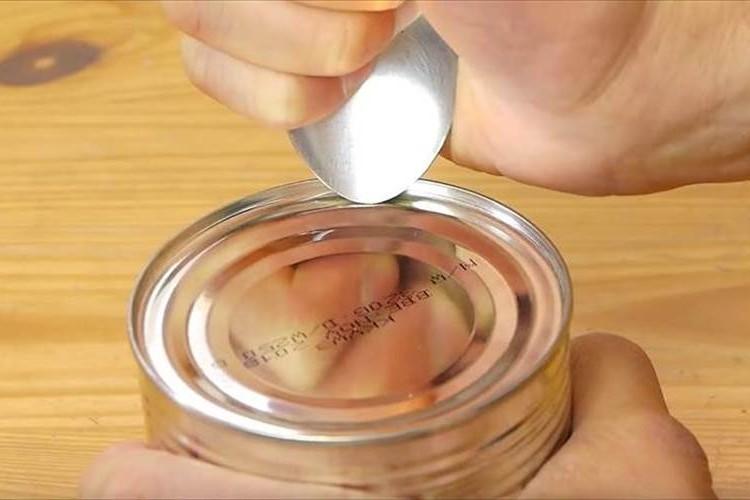 【動画】1本のスプーンで缶詰めを開ける方法が話題に! 緊急時にも役立ちそう