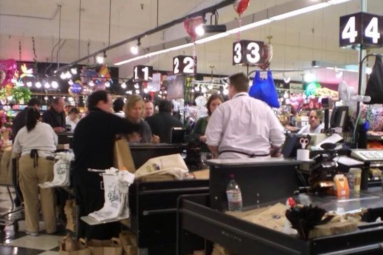 """スーパーのレジで""""一番早く買い物が終わる列を見つける方法""""にさまざまな意見"""