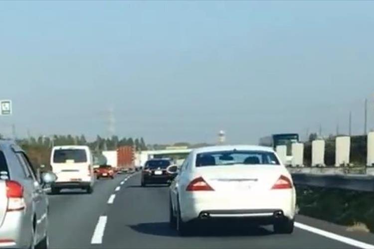 【動画】高速道路で覆面パトカーと気づかずに煽るベンツ→その後は当然のごとく…