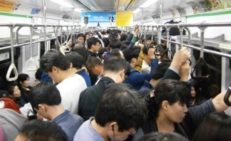 ウガンダ人が日本の満員電車にびっくりして呟いた一言に考えさせられる