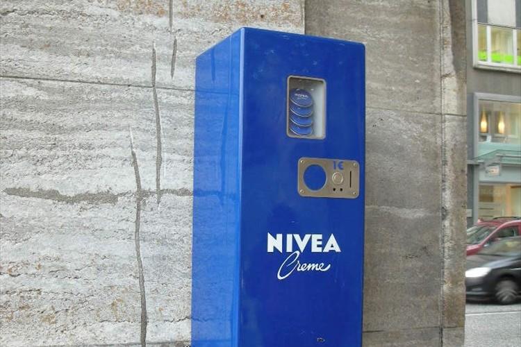 これは胸アツ!ニベア発祥の地ハンブルグにはニベア缶の自販機があった