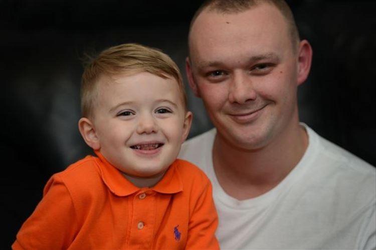小さなヒーローがすぐそばに!3歳の息子が倒れているパパをたった1人で救い、海外で話題に!