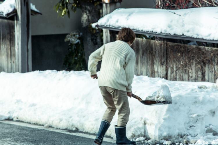 雪国の人必見!腰に負担がかかる『雪かき』を少しでも軽減してくれる方法