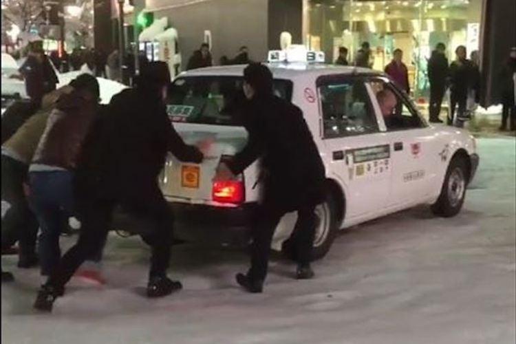 札幌の人たちは日々助け合い。路面凍結で動けなくなったタクシーをみんなで救出