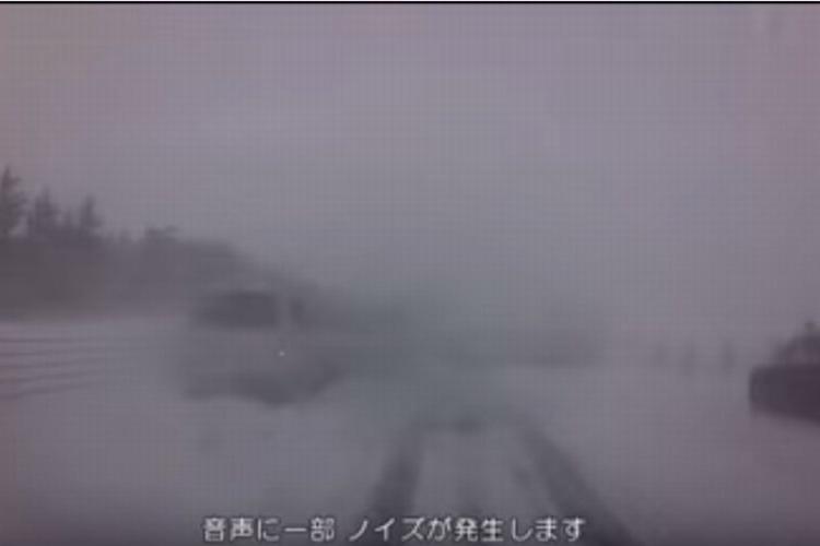 ほぼ視界ゼロの雪道がいかに危険か。北海道警察が公開した映像に背筋が凍る