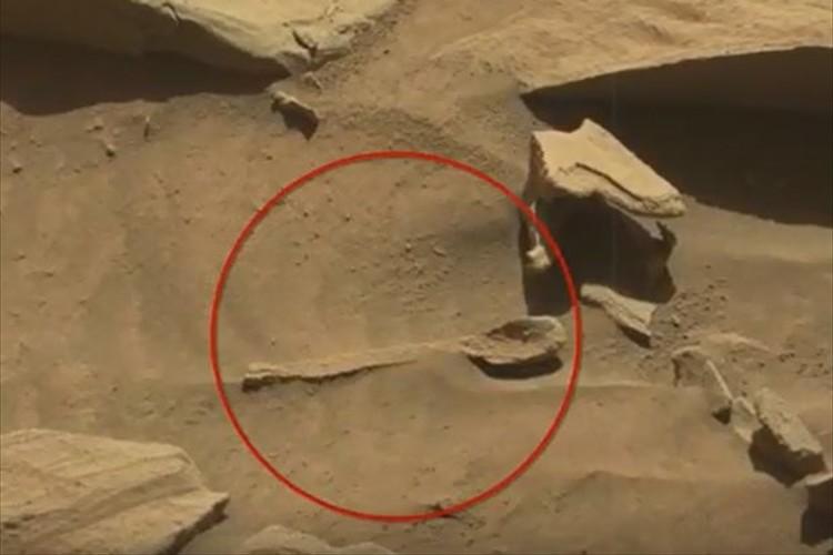 """コレは一体? NASAの探査車が火星で""""スプーンのような物体""""を発見!?"""