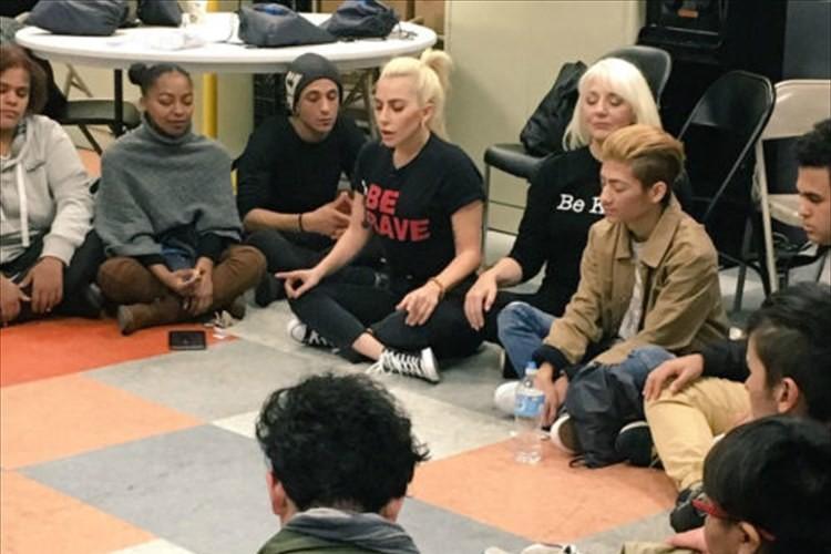 LGBTの若者が集まる施設にレディー・ガガが登場! 想いを込めた歌声に胸が熱くなる