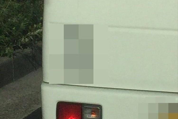"""前の車の""""英語""""のステッカーを見ていたら""""関西弁""""が襲いかかってきた!?"""
