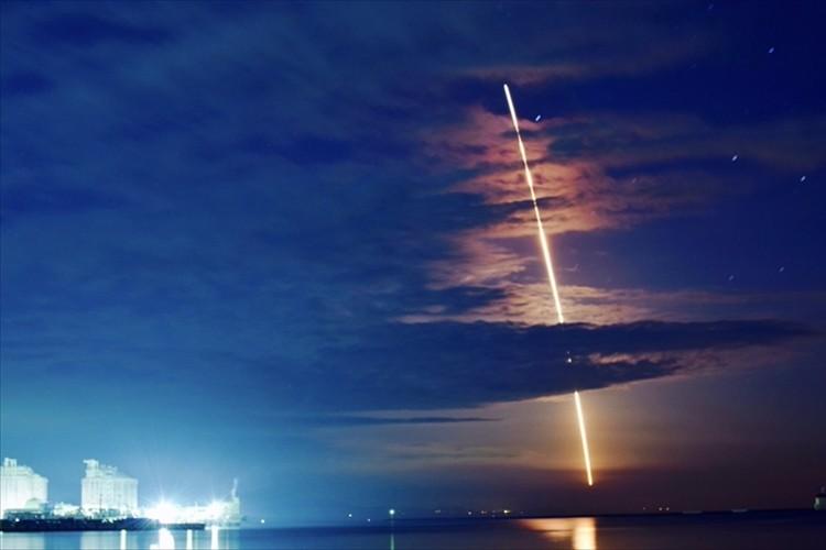 イプシロンロケット2号機打上げ成功! 美しい軌跡をとらえた写真が話題に!