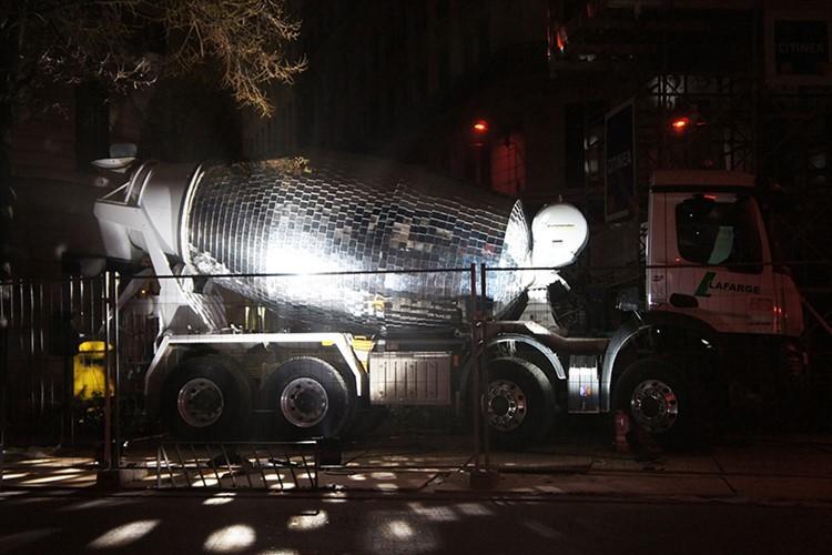ミキサー車をディスコのミラーボールに改造! 夜になると街角がダンスフロアに!?