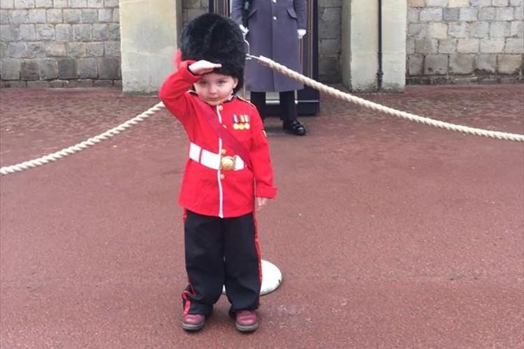 イギリスの近衛兵に憧れる男の子、誕生日に最高のプレゼントをもらう